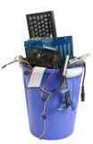 Sucata eletrônica no balde do lixo azul foto de stock