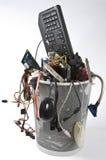 Sucata eletrônica no balde do lixo Fotografia de Stock