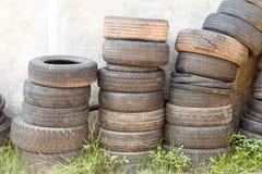 Sucata velha do pneu incluída fotos de stock