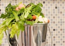 Sucatas da cozinha na cubeta Fotos de Stock Royalty Free