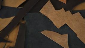 Sucatas e sobras do couro natural da cor diferente vídeos de arquivo