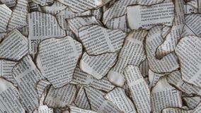 Sucatas queimadas do jornal para o fundo imagens de stock
