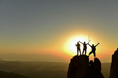 Succès d'équipe dans l'alpinisme images libres de droits