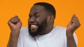 Succès de célébration heureux de sentiment afro-américain enthousiaste de type, fortune d'accomplissement banque de vidéos