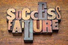 Succès et échec - exprimez le résumé dans le type en bois image stock
