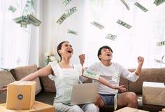 Succès heureux de couples dans leur petite entreprise de propriétaire en ligne image libre de droits