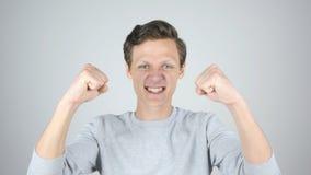 Succès, victoire, geste d'excitation par le jeune homme photos libres de droits