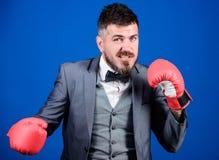 Succ?s d'affaires et de sport homme d'affaires dans le costume et le lien formels boxeur puissant d'homme pr?t pour la bataille d photographie stock