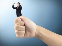 Succes bedrijfsdiemensenduim omhoog, geluk, op achtergrond wordt geïsoleerd Knippende weg Stock Foto