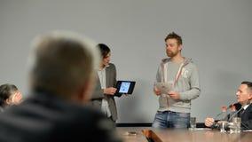 Succes bedrijfspresentatie van twee jonge Kaukasische studenten Het bespreken van nieuw startproject Professioneel publiek stock videobeelden