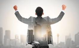 Succes de bedrijfsmens heft zijn concept van de hand dubbel blootstelling op Royalty-vrije Stock Fotografie