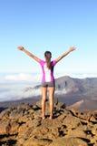 Succes en voltooiing - wandelende vrouw op bovenkant royalty-vrije stock afbeelding
