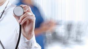 Succes het slimme medische arts werken stock foto