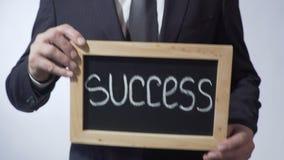 Succes op bord, het teken van de zakenmanholding, bedrijfsconcept wordt geschreven dat stock video