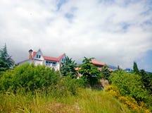 Succes op de berg Huis op de heuvel royalty-vrije stock foto