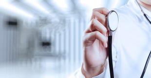 Succes slimme medische arts die met werkende ruimte werken stock afbeeldingen