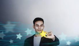 Succes in Zaken of Persoonlijk Talentenconcept Gelukkige Zakenman Employee Smiling en het Tonen van een Gouden Ster stock foto's