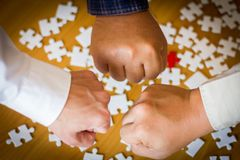 Succespartners die Vuistbuil na Volledig een Overeenkomst geven Royalty-vrije Stock Afbeelding