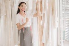 Successfu fêmea e feliz com pensamento positivo, retrato do vestido de casamento asiático bonito da mulher aumenta acima de sua m imagens de stock royalty free