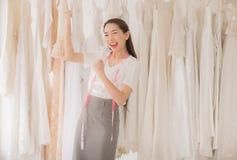Successfu fêmea e feliz com pensamento positivo, retrato do vestido de casamento asiático bonito da mulher aumenta acima de sua m imagem de stock royalty free