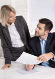 Successful business team: Female boss talking with her colleague Royalty Free Stock Images