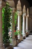 Successie van marmeren kolommen bij Stavropoleos-klooster Stock Foto