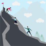 Successo di affari, tre lavoratori del ` s della donna che scalano montagna Fotografia Stock
