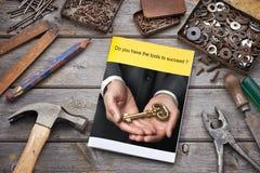 Successo di chiave dell'opuscolo di affari degli strumenti fotografia stock