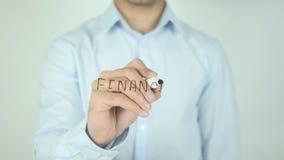 Successo finanziario, scrivente sullo schermo trasparente