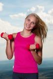 Successo sano di sport di stile di vita - allenamento biondo adatto della donna con la d Fotografia Stock