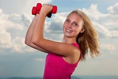 Successo sano di sport di stile di vita - allenamento biondo adatto della donna con la d Immagini Stock