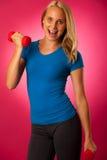 Successo sano di sport di stile di vita - allenamento biondo adatto della donna con la d Immagine Stock