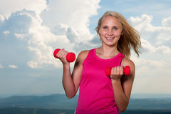 Successo sano di sport di stile di vita - allenamento biondo adatto della donna con la d Immagine Stock Libera da Diritti