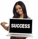 Successo sorridente del computer portatile della donna Immagine Stock