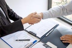 Succesvol baangesprek, Chef- werkgever in kostuum en nieuwe werknemer het schudden handen na onderhandeling en gesprek, carrière  royalty-vrije stock foto's