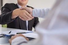 Succesvol baangesprek, Chef- werkgever in kostuum en nieuwe werknemer het schudden handen na onderhandeling en gesprek, carrière  stock foto's