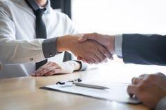 Succesvol baangesprek, Chef- werkgever in kostuum en nieuwe werknemer het schudden handen na onderhandeling en gesprek, carri?re  royalty-vrije stock foto