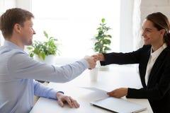 Succesvol baangesprek met werkgever en werknemershandenschudden stock fotografie