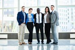 Succesvol bedrijf met gelukkige arbeiders in bureau stock foto's