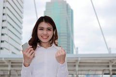 Succesvol BedrijfsConcept Portret van gelukkige jonge Aziatische onderneemster zeker en glimlach die stedelijke bouwstad bekijken Royalty-vrije Stock Afbeelding