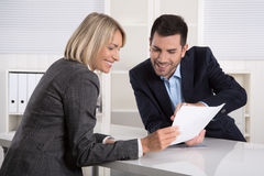 Succesvol commercieel team of costumier en cliënt in een vergadering stock afbeelding
