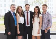 Succesvol commercieel team dat samen lacht royalty-vrije stock foto's