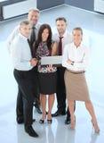 Succesvol commercieel team dat samen lacht Stock Foto's