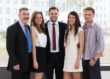 Succesvol commercieel team dat samen lacht stock fotografie