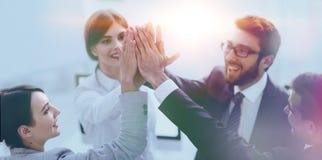 Succesvol commercieel team die elkaar hoog-vijf, status geven stock foto