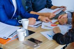 Succesvol commercieel team huidig kleurrijk diagram op de tekstbedelaars stock afbeeldingen