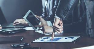 Succesvol commercieel team met digitale tablet en financiële grafieken voor de werkplaats in het bureau stock afbeeldingen