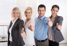 Succesvol commercieel team in portret: meer vrouw als mannen met thu Stock Afbeelding