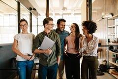 Succesvol commercieel zich en team die verenigen glimlachen royalty-vrije stock foto