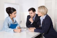 Succesvol mannelijk en vrouwelijk commercieel team op het kantoor Stock Afbeeldingen